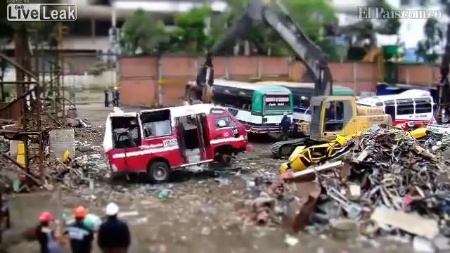Autobuz vechi distrus în 40 de secunde
