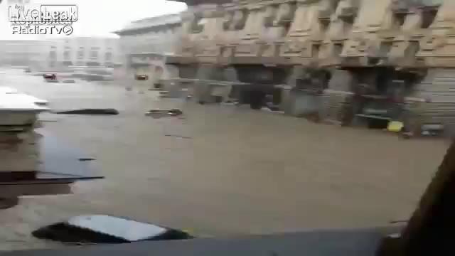 Cum circulă autobuzele pe timpul inundațiilor în Genoa, Italia